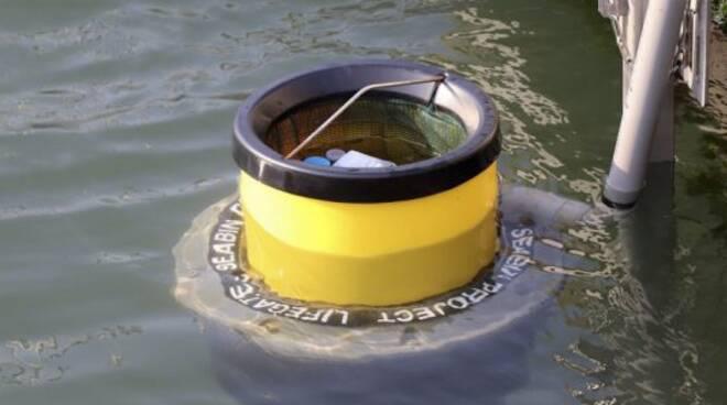 Cestino rifiuti in mare