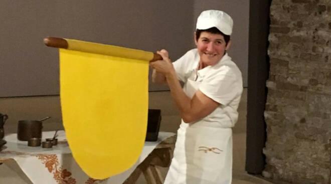 """La sfoglina Marina Rosetti impegnata in uno dei tanti """"laboratori didattici di cucina romagnola"""""""