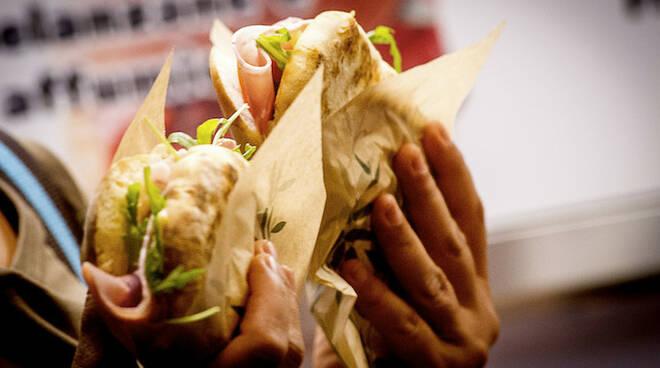 Oltre alle specialità romagnole, si potranno gustare pizza, pesce, paella e sangria, bruschette e street food