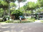 """Sindaco Proni visita a Milano Marittima aiuola Bagnacavallo, all'insegna del motto """"Fate l'amore non la guerra"""""""