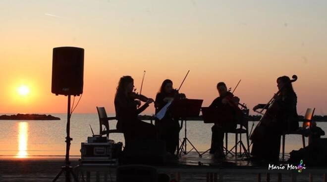 trio marquita alba in spiaggia