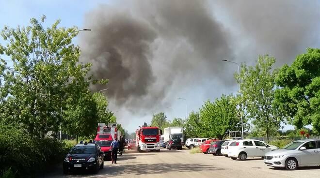 Vasto incendio dalle prime ore del 9 agosto alla Lotras di Faenza