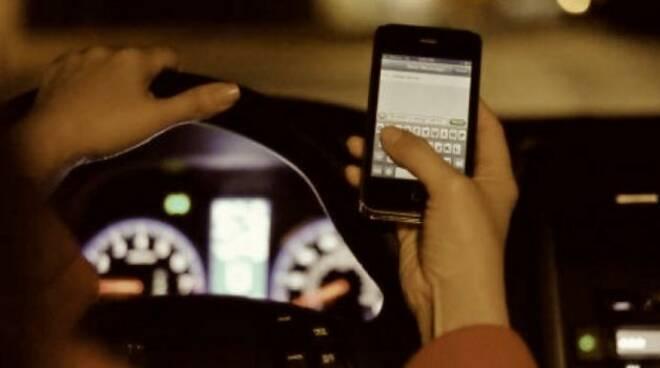 alla guida con telefonino