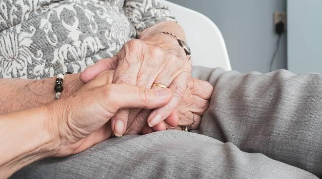 anziani giovani mani solitudine
