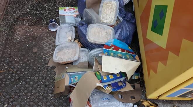 cibo umanitario gettato