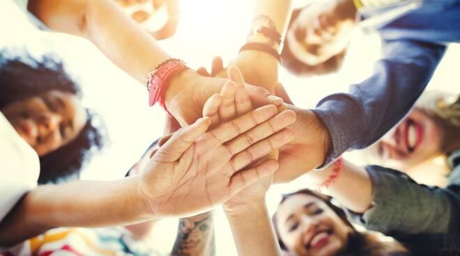 giovani mani volontariato collaborazione