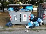 Massa. Abbandonano rifiuti in strada