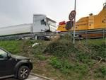 camion cisterna sfonda guard rail