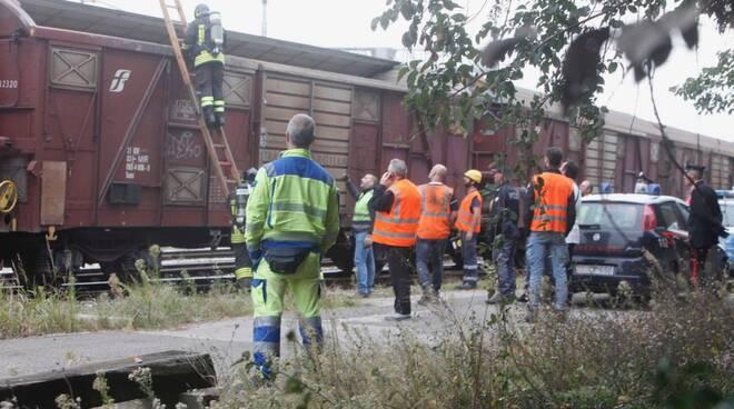 Chiamano aiuto da un vagone merci: salvati due stranieri alla stazione di Ravenna