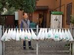 Ha raccolto troppe nespole, ora le regala ai concittadini: storia di buon vicinato a Cervia