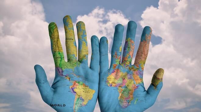 migrazione mappamondo mani