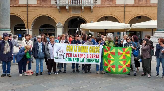 Sit in in piazza a Ravenna: la Casa delle Donne solidarizza con il popolo curdo