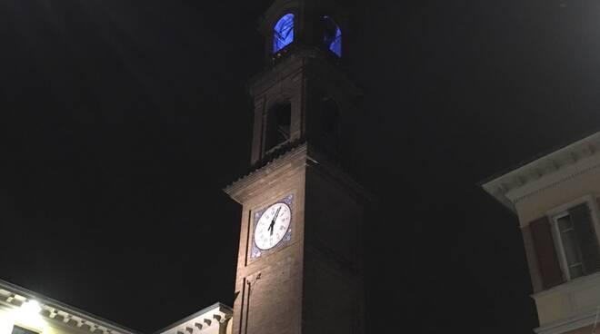 A Massa Lombarda la torre dell'orologio si illumina di blu per i diritti dei bambini