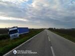 Camion esce di strada, via Reale bloccata