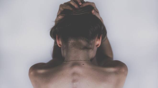 fibromialgia dolore donna triste