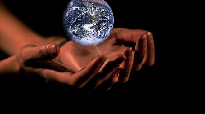 mondo ecologia mani