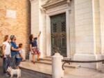 Nella foto, una visita guidata davanti alla Tomba di Dante