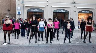 """flashmob """"Un violador en tu camino"""" in centro a Ravenna"""