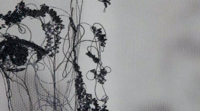 Lucia Builda Nanni a disegnare con la macchina da cucire