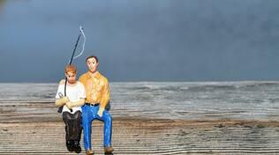 Padre e figlio si preparano per andare a pescare... rubando il materiale al Decathlon
