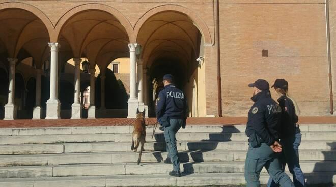 """Progetto """"Scuole Sicure"""". Controlli a Forlì: gruppetto di ragazzi beccato con la droga"""
