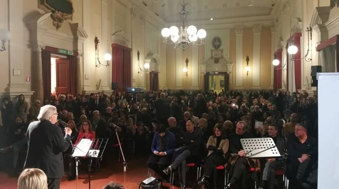 Bagno di folla per Vittorio Sgarbi (FI) al salone comunale di Forlì
