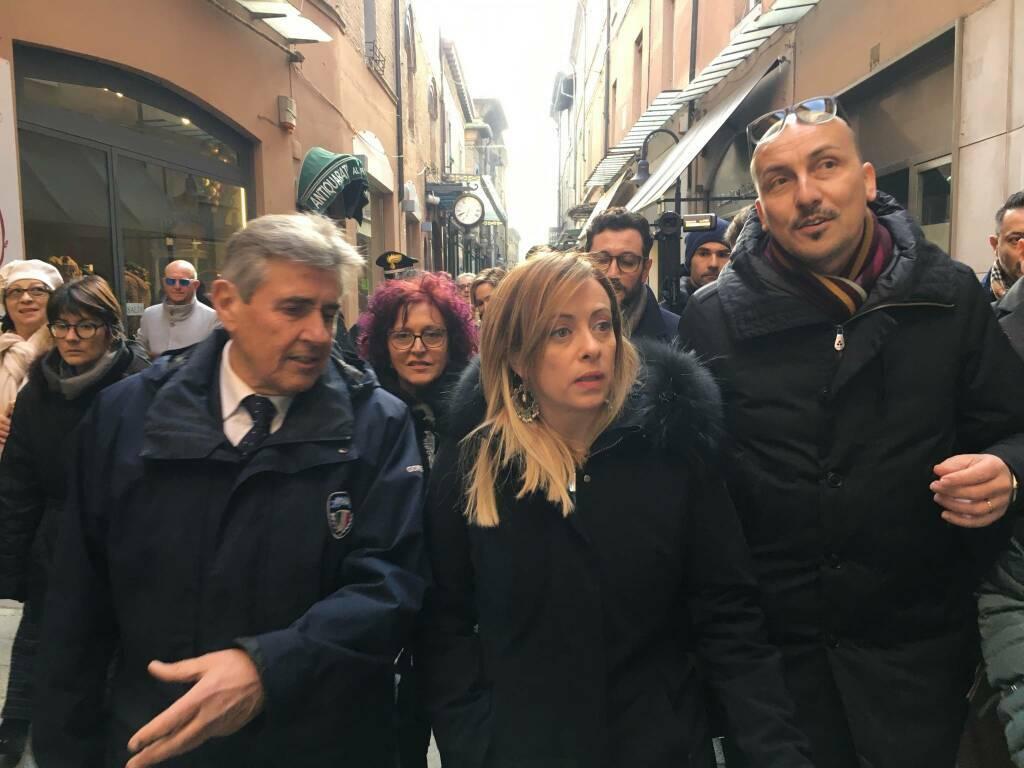 Giorgia Meloni infiamma i supporter di Fratelli d'Italia nel tour in centro a Ravenna