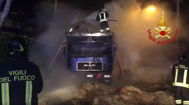 Incendio a Gualdicciolo, a fuoco carico di rotoballe: lungo intervento dei Vigili del Fuoco di Rimini