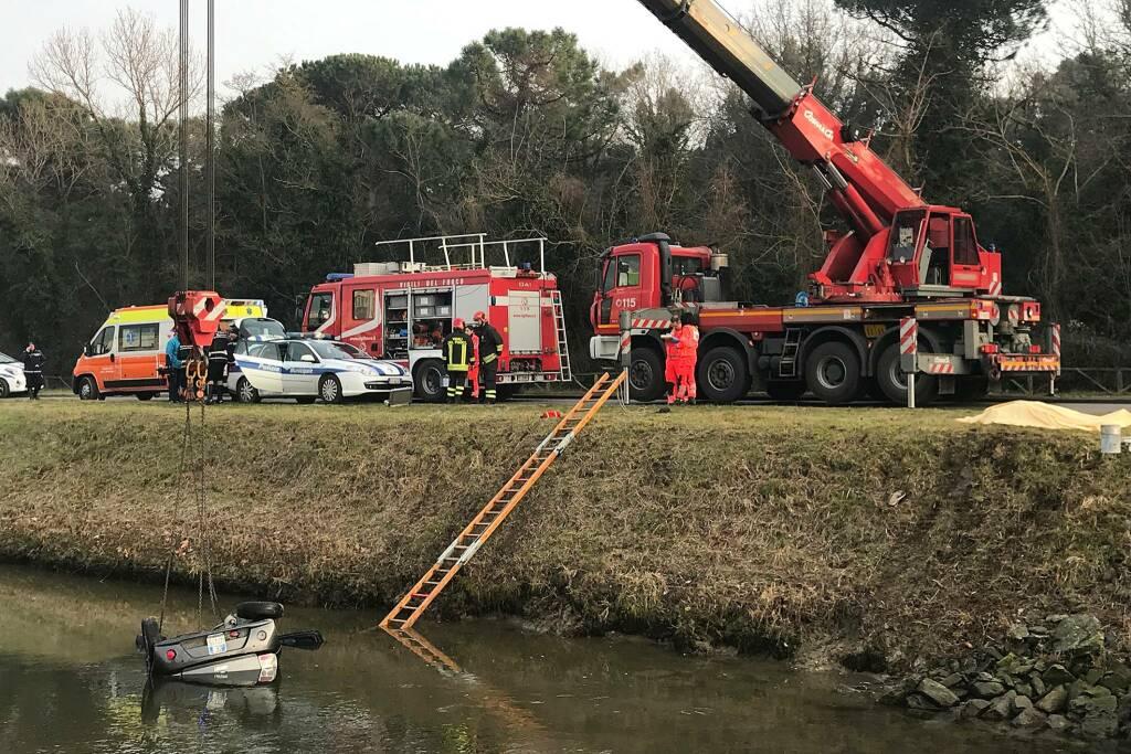 Incidente stradale: minicar finisce nel canale a Milano Marittima, muore ragazzo di 17 anni