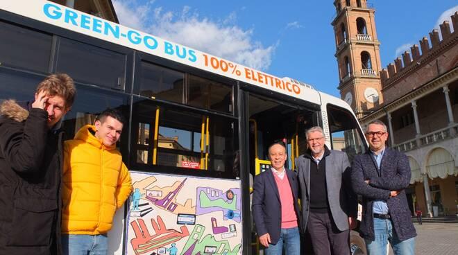 Le fiancate del Green-go-bus si colorano con le opere d'arte dai ragazzi di Autismo Faenza