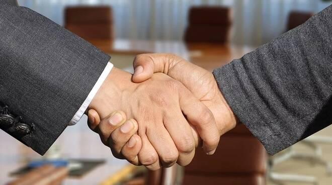 stretta di mano, patto, accordo (foto da pixabay)