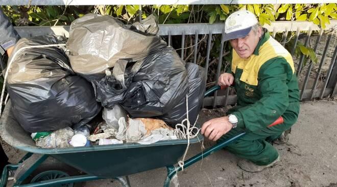 volontario ripulisce rifiuti sul montone a forlì