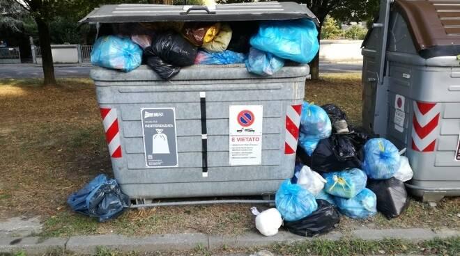 Massa Lombarda. Abbandonano rifiuti in strada: sanzionati due cittadini contro il degrado
