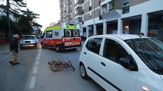 Ravenna, urto tra un'auto e una bici in via Rubicone: ferito giovane ciclista