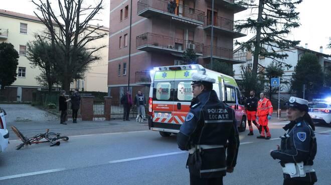 Ravenna, urto tra un'auto e una bici in via Rubicone: ferito giovanissimo ciclista