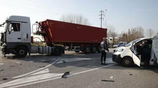 Scontro tra un camion e un furgone alle Bassette di Ravenna: grave un operaio