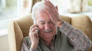 anziani al telefono
