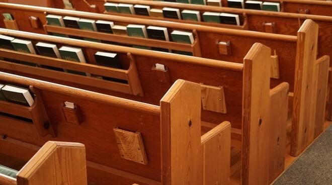 banchi chiesa vuota