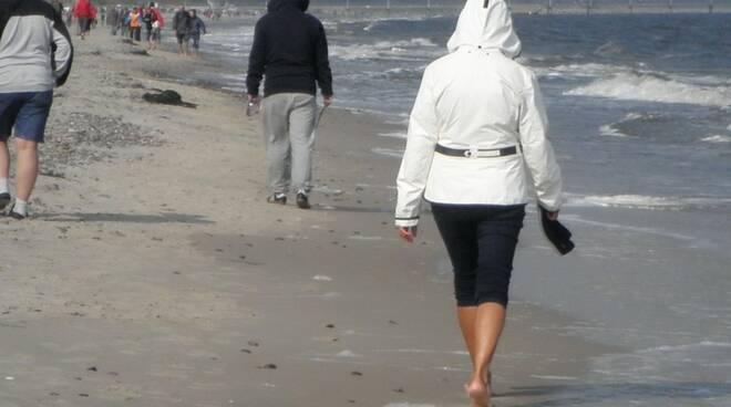 camminare in spiaggia - immagine repertorio