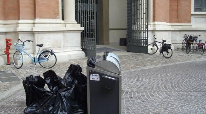 """""""discarica"""" in Piazza Andrea Costa"""