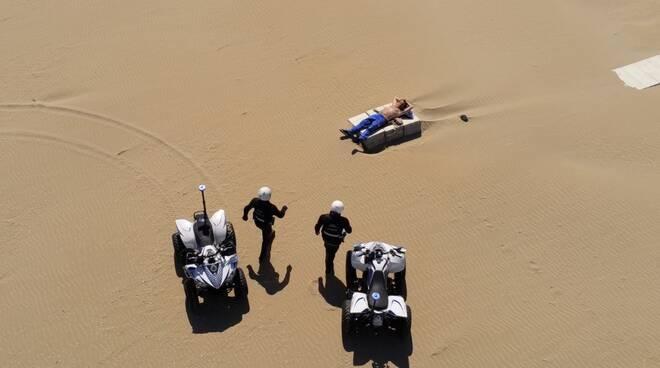 Controlli sulla spiaggia di Rimini, le foto anche sulla Bbc: scatta la polemica sui social