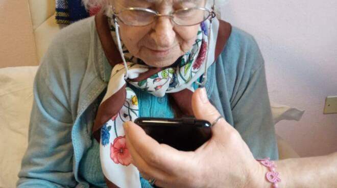 Massa Lombarda: alla casa protetta gli anziani parlano coi familiari con la videochiamata