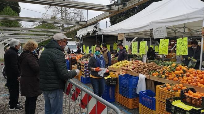 mercato Bellaria con misure anticovid aprile 2020