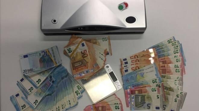 Strano via-vai in un appartamento di Ravenna: pusher beccati con 1,5 kg di marijuana e oltre 10mila euro