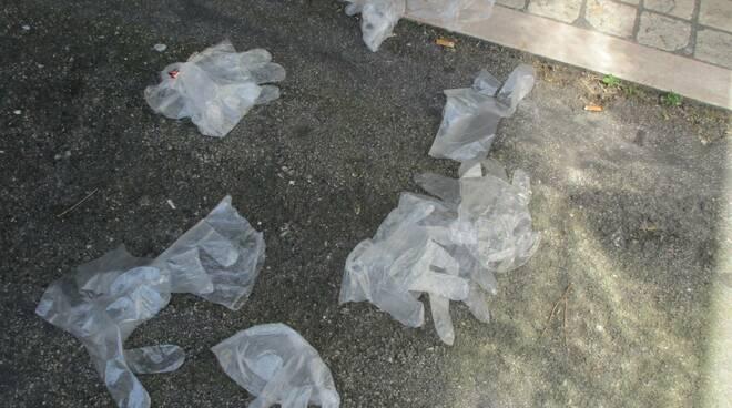 guanti e mascherine a terra