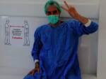 Nella foto, un operatore sanitario del gruppo Clinica Dentale Santa Teresaconi dispositivi di sicurezza