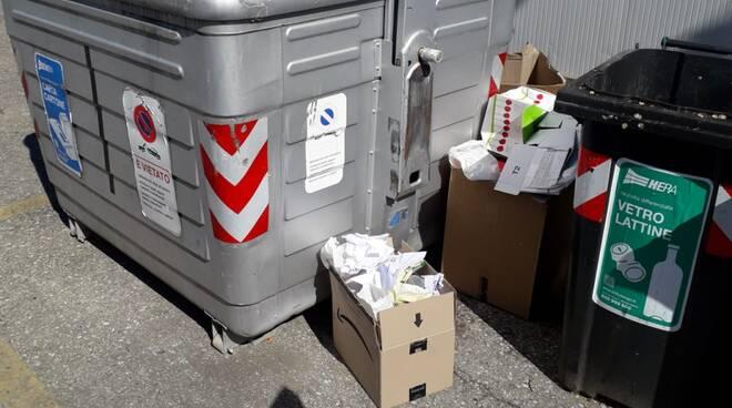 rifiuti abbandonati fuori dai cassonetti