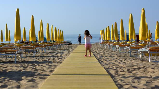Spiagge E Mare L Emilia Romagna Riapre Lunedi 18 Maggio Con Nuove Regole Per Un Estate In Sicurezza 12 Mq Per Ogni Ombrellone Ravennanotizie It