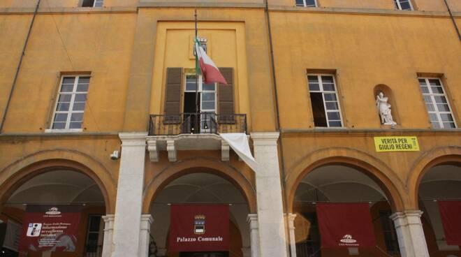 Su Cesena sventola un lenzuolo bianco per per ricordare le vittime delle mafie