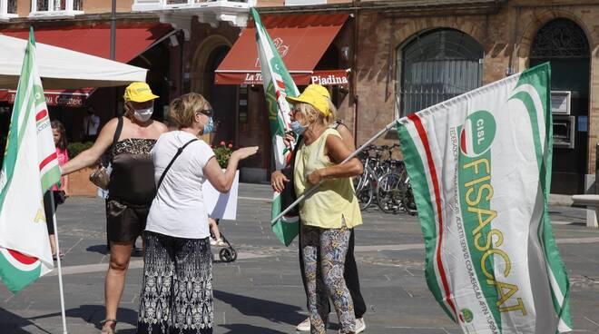 I lavoratori di mense scolastiche e pulizie aziendali protestano in piazza del Popolo a Ravenna